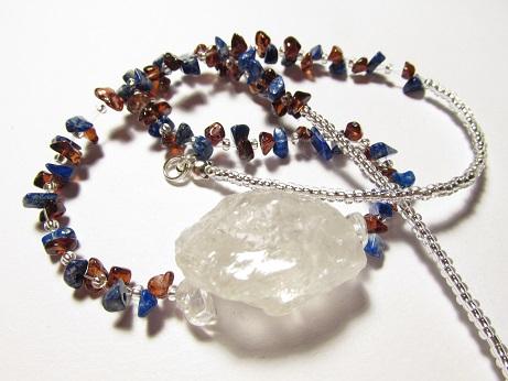 Léčivý náhrdelník s granátem a lápisem lazuli + velký křišťál