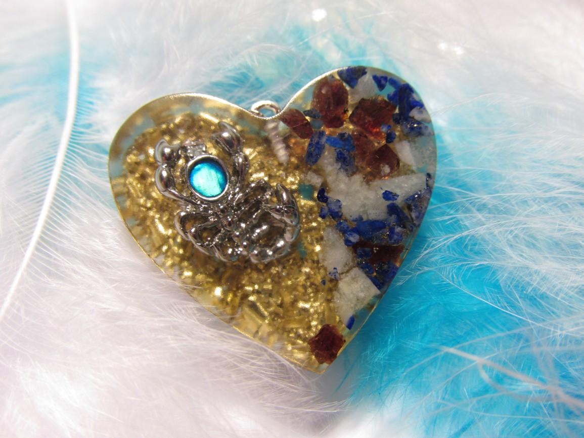 Orgonit přívěsek - Štír (Orgonit, mosazné špony, akvamarín, lapis lazuli, granát)