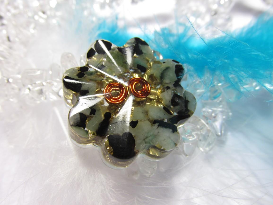 Orgonit přívěsek - šungit, smaragd, měděná spirála (květinka, šungit, smaragd, mosazné špony, křišťál)