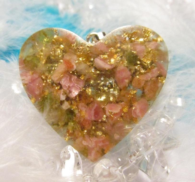 Pro lásku a pohodu - orgonit přívěsek + pohádka :-) (Orgonit, mosazné špony, rodochrozi, sluneční kámen, olivín, plátkové zlato)
