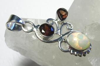 Dva plus jedna (fazetovaný granát + kabošon Etiopský opál + AG925/1000) (Přívěsek fazetovaný granát + kabošon Etiopský opál + AG925/1000 )