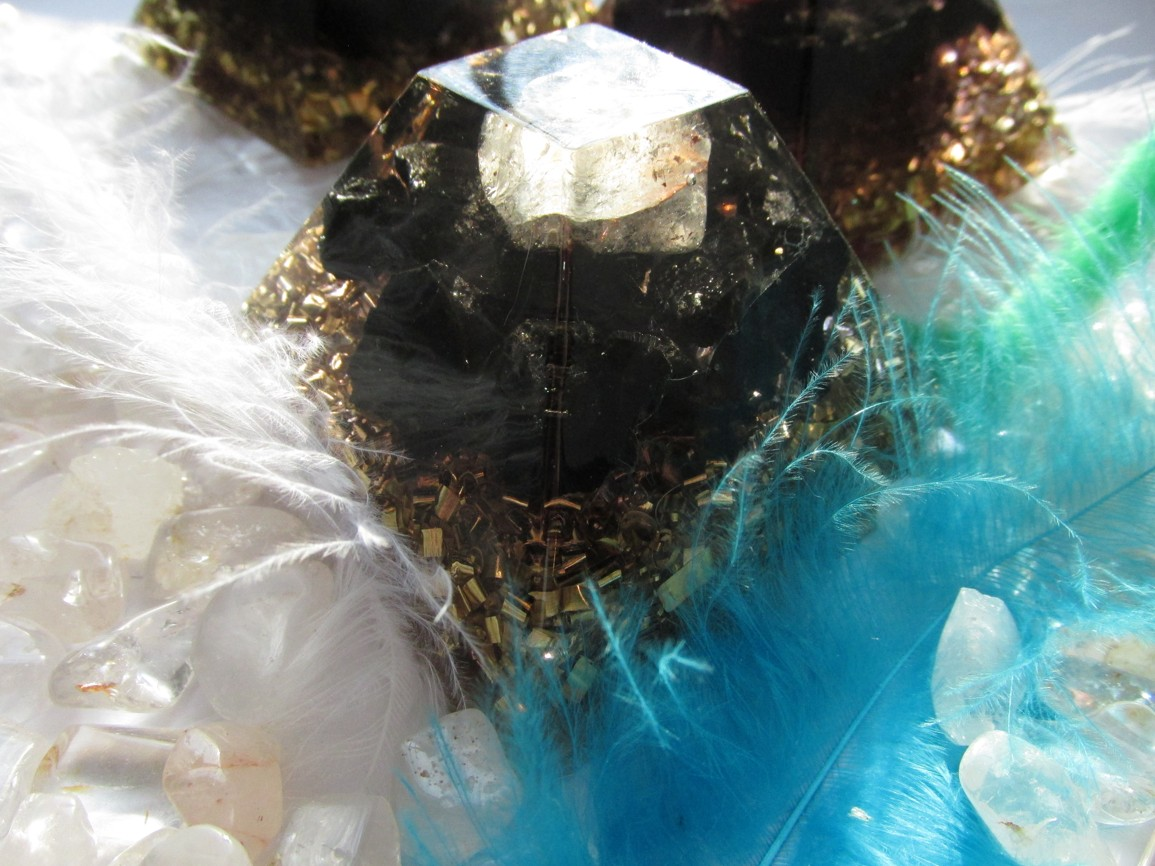 Orgonit-Síla šungitu umocněna orgonitem 7x7 cm s křišťálem navíc