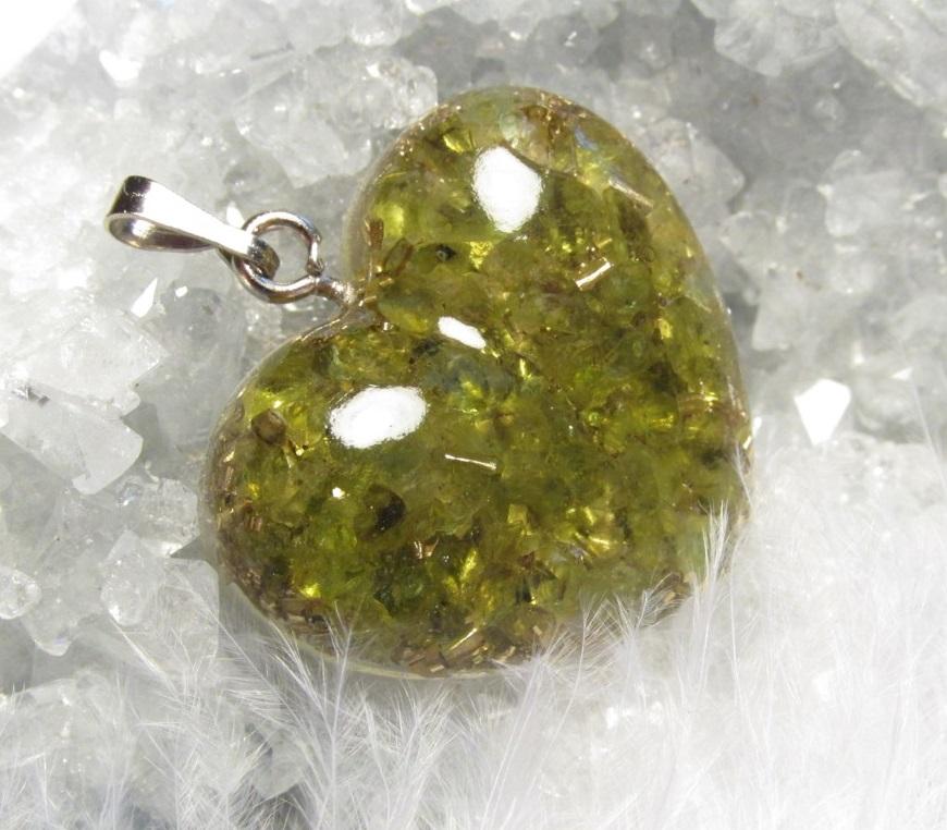Orgonit - Srdíčko - Zelený ráj - přívěsek olivín (orgonit, olivín, srdce, křišťál, mosazné špony)