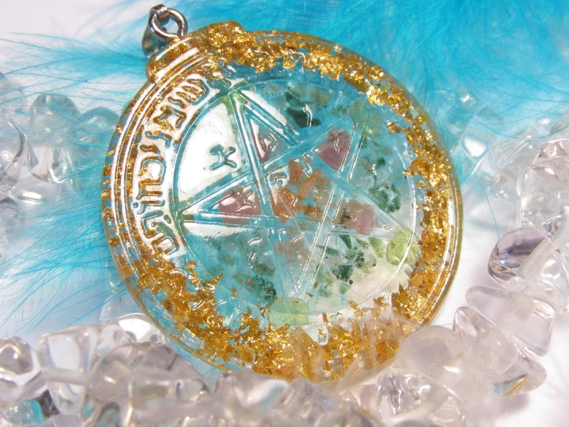 Orgonitový amulet - Ochranný pentagram - Hojnost & Štěstí (orgonit, pentagram, zelený aventurín, turmalín, olivín, 24ct zlato)