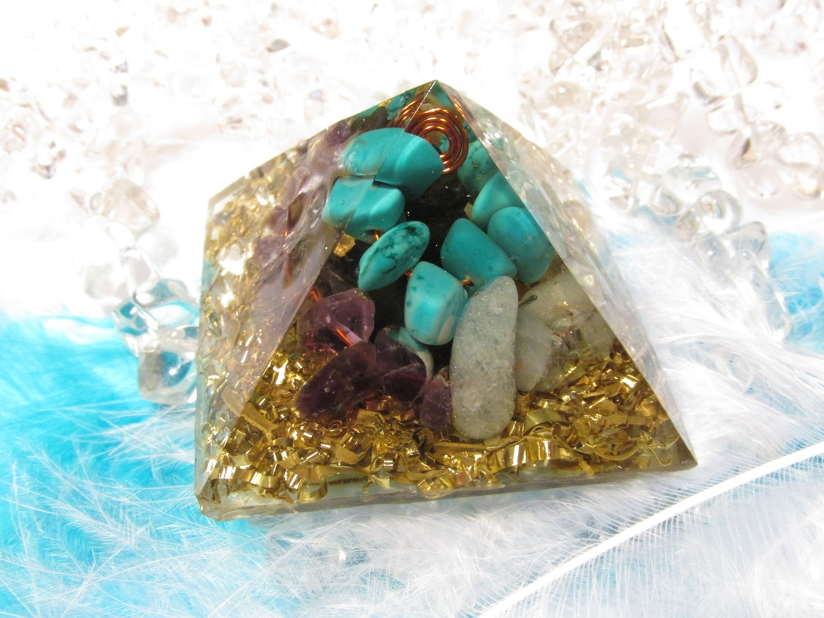 Orgonit - Pyramida - POKOJNÁ DUŠE (akvamarín, ametyst, tyrkys, šungit)