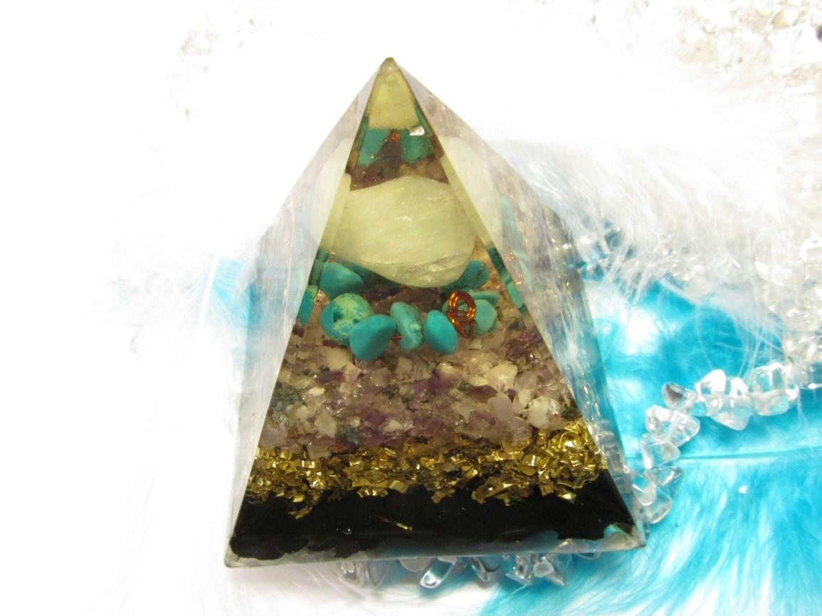 Orgonit - Pyramida 6x6cm - POKOJNÁ DUŠE (akvamarín, ametyst, tyrkys, šungit)