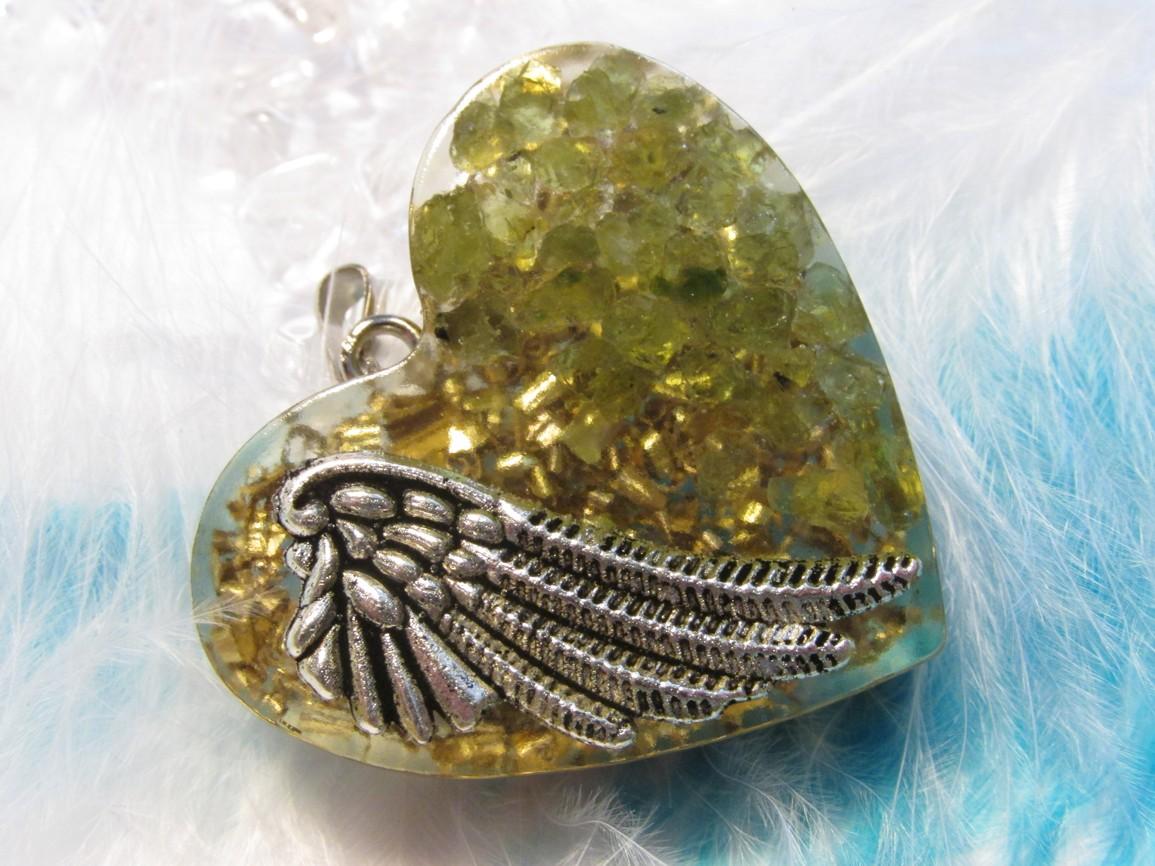 Orgonit přívěsek - Andělská láska s Olivínem (Orgonit, mosazné špony, olivín)