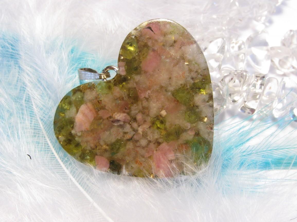 Pro lásku a pohodu - orgonit přívěsek + pohádka :-) (Orgonit, mosazné špony, rodochrozi, sluneční kámen, olivín)