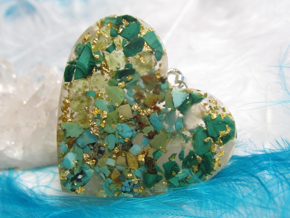 Přívěsek srdíčko na přání III (orgonit, plátkové zlato, malachit, olivín, růženín, tyr
