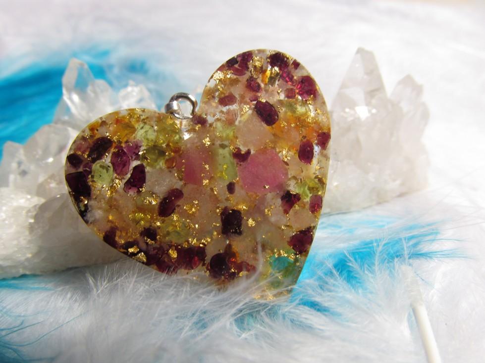 Orgonit přívěsek - Zářivá energie a chuť do života (orgonit, plátkové zlato, granát, olivín, růž. turmalín, sluneční kámen)