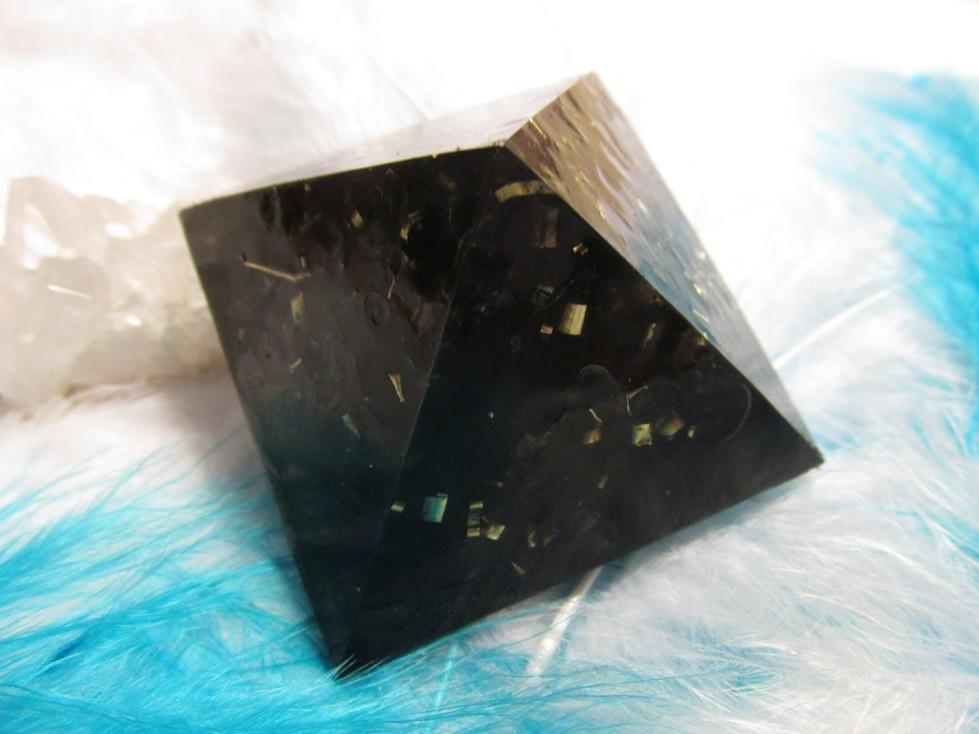 Orgonitová pyramida - Šungit 4x4cm (dosah působení 3-4 metry )