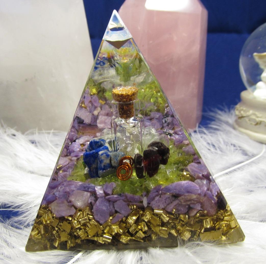"Orgonit ""Léčitel"" (6x6 cm) dosah cca 5 metrů (orgonit, olivín, stříbro, granát, lápis lazuli, fluorit, čaroit )"