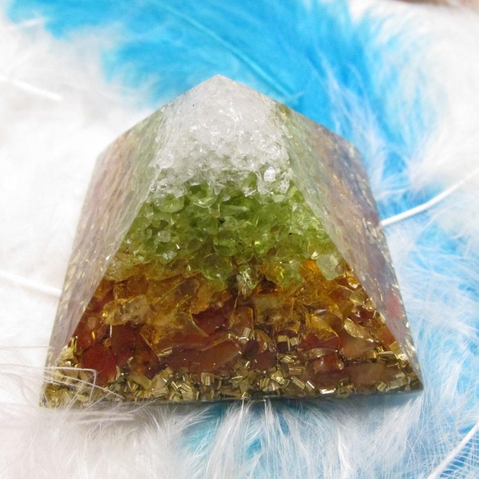 """Orgonito pyramida 4cm """" Zvládnu to a zazářím!"""" (křišťál, olivín, citrín, karneol)"""