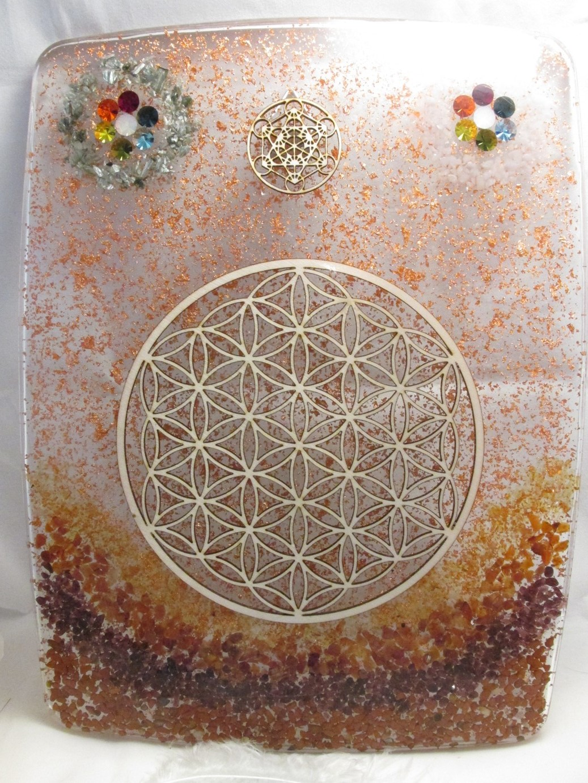 """Orgonitový obraz© """"Pomocná ruka """" (orgonit, drahé kameny + dřevené symboly Květ života a Metatronova krychle, vločky mědi)"""