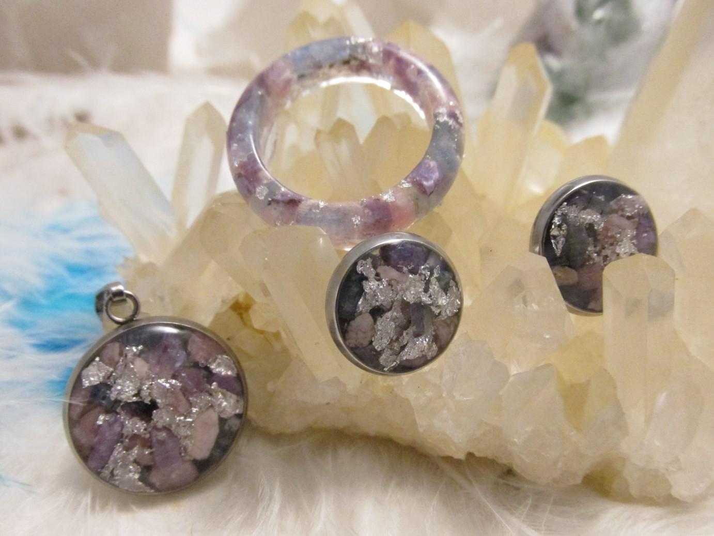 Z pokladu zahradní víly - sada prsten - náušnice - přívěsek (orgonit, chirurgická ocel, vloky stříbra, rodochrozit, čaroit, disthen, křišťál)