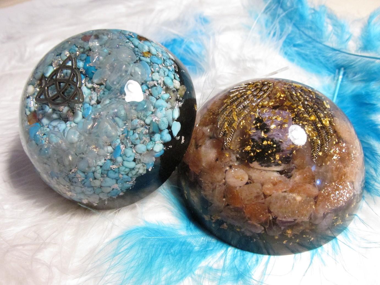 """Orgonit """"Sada 2 polokoulí pro nerušený spánek"""", dosah cca 5 metrů (orgonit, čaroit, sluneční kámen, křišťál opal aura, modrý howlit, vločky stříbra, šungitový pudr)"""