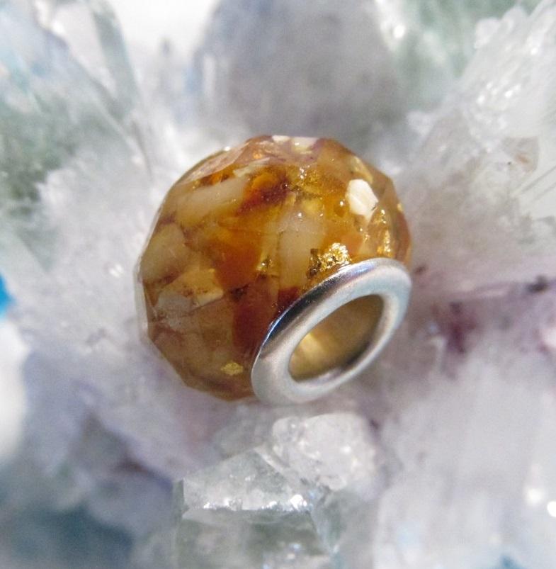 Orgonitový korálek - Zkamenělé slunce (orgonit, křišťál, jantar, vločky zlata)