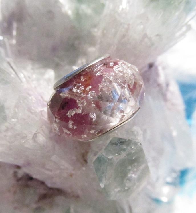 Orgonitový korálek - Dárce životní energie (orgonit, křišťál, rubín, vločky plátkového stříbra)