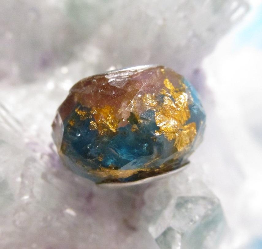 Orgonitový korálek - Vyrovnání energií (orgonit, křišťál, neonový apatit, vločky plátkového zlata, růžový turmalín - rubelit)