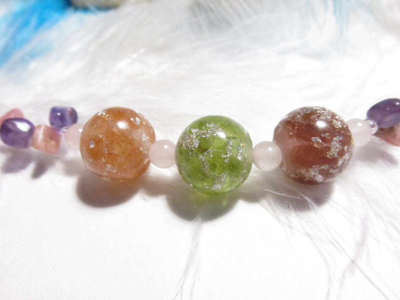 Zářivá - Šťastná - Milovaná žena - Orgonitový náhrdelník (orgonit, křišťál, sluneční kámen, olivín, růžový turmalín, vločky plátkového stříbra, rodochrozit, ametyst, růženín)