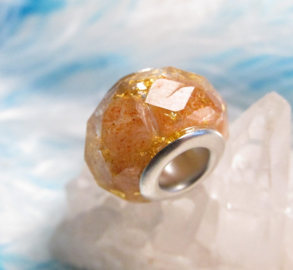 Orgonitový korálek - Okouzlené slunce (orgonit, křišťál, sluneční kámen pravý přírodní, vločky plátkového zlata)