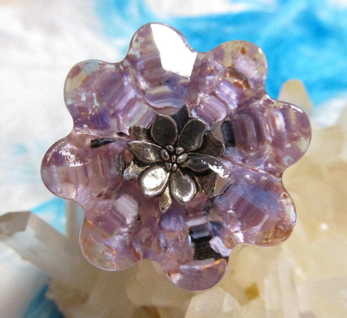 Orgonit květinka - Svěží vítr radosti a lásky (Květinka malá, lotosový květ, čaroit, křišťál, vločky plátkové mědi)