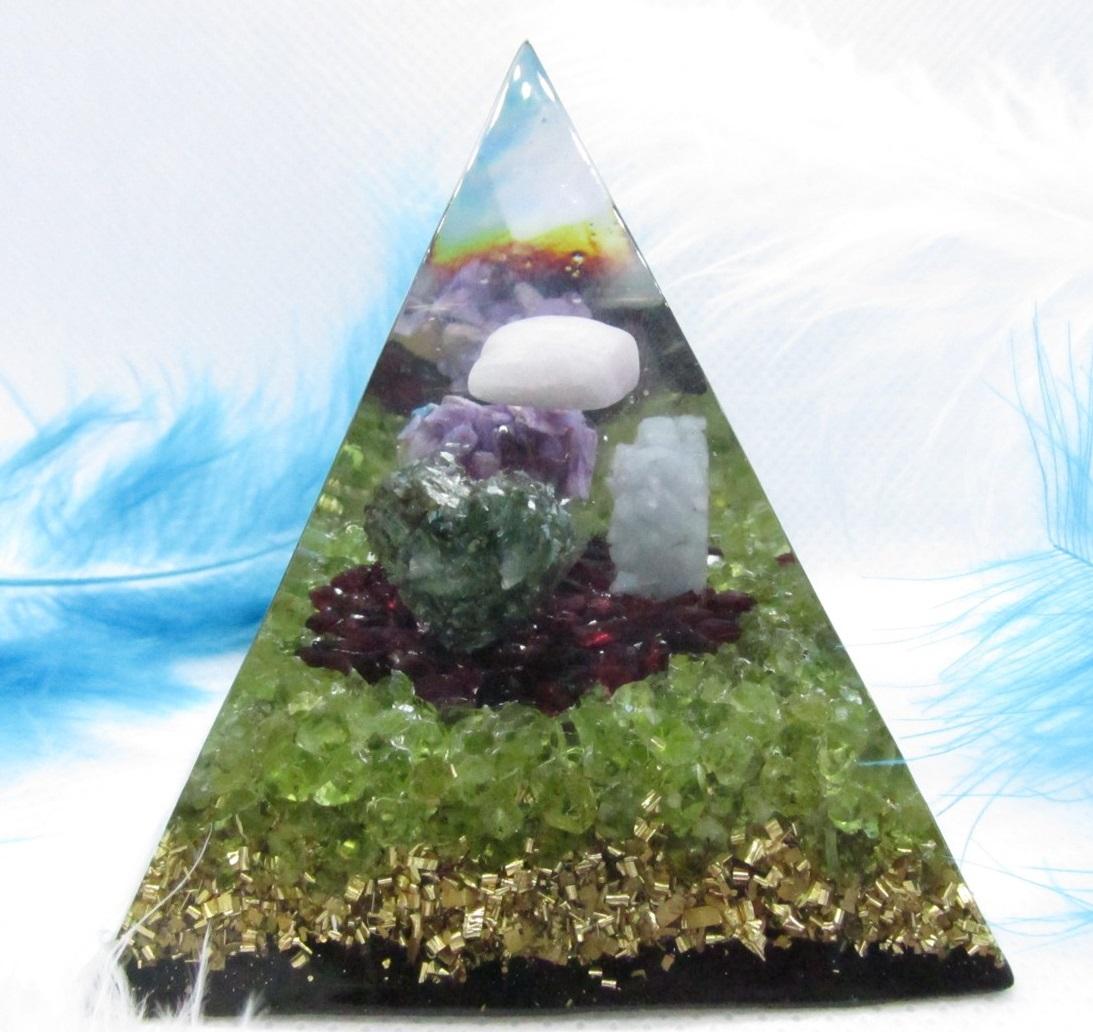 S láskou, tví Andílci - orgonit pyramida 6x6cm (kunzit, angelit, čaroit, serafinit, granát, olivín, šungit)